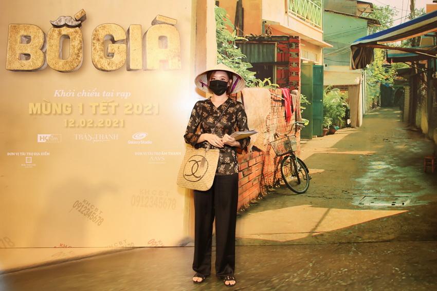 Hari Won diện áo bà ba, đội nón lá đi dự sự kiện của ông xã Trấn Thành 03