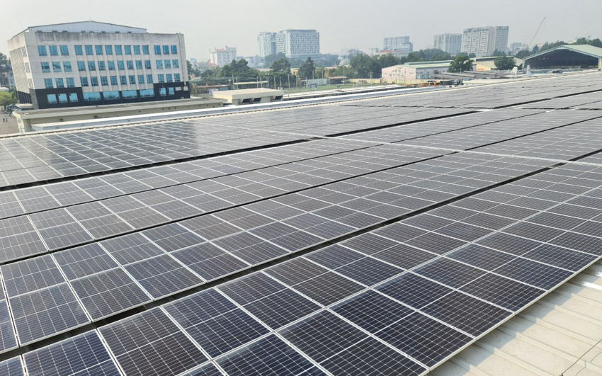 Những tấm pin trên công trình điện mặt trời mái nhà SCSC - CMES công suất 1,1 MWp