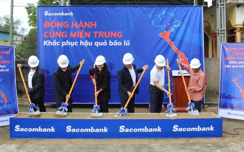 Ông Phan Đình Tuệ - Phó Tổng giám đốc Sacombank tham dự lễ động thổ xây dựng nhà người dân bị thiệt hại do bão tại xã Tượng Sơn, huyện Thạch Hà, tỉnh Hà Tĩnh