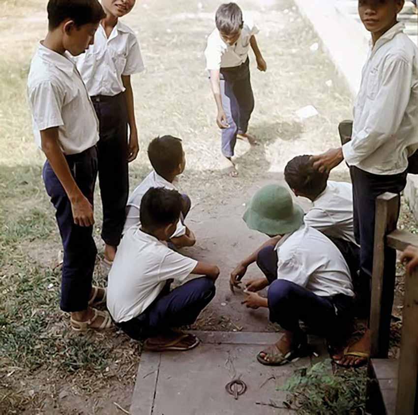 Chơi đánh đáo bằng tiền kim loại của trẻ em Sài Gòn trước 1975. Ảnh: TL