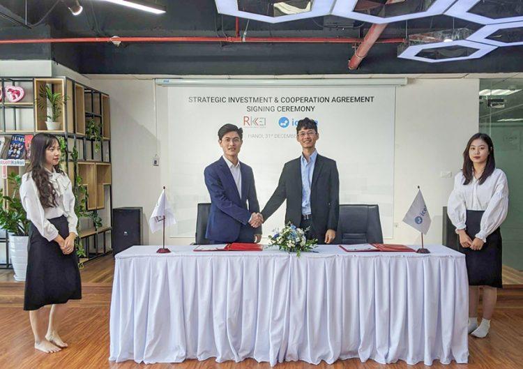 Trương Hồng Thi – Founder & CEO của Icetea (bên phải) ký kết hợp tác với ông Phan Thế Dũng – Tổng giám đốc Công ty Cổ phần Rikkeisoft.