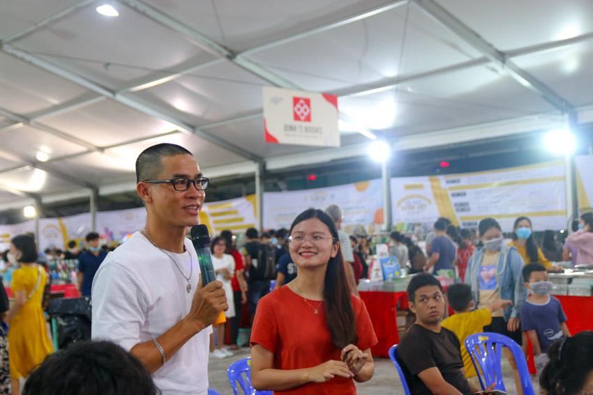 """Nhà văn Nguyễn Phong Việt đến tham gia và đặt câu hỏi cùng các diễn giả xoay quanh chủ đề """"Kể chuyện bé nghe: Dạy con gieo mầm, cùng con hái quả"""""""