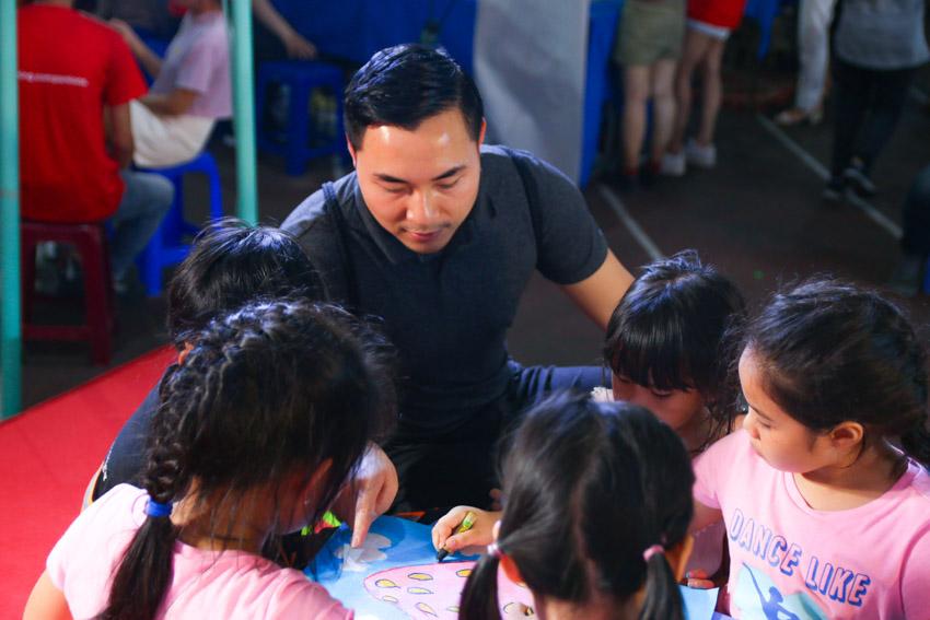 Họa sĩ Đặng Hồng Quân hướng dẫn các bé thực hành sáng tạo tác phẩm tranh vẽ.