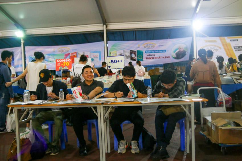 Họa sĩ Đặng Hồng Quân (hàng hai từ trái sang phải) cùng họa sĩ Mai Thanh Phúc Niên, họa sĩ Nhân Tài Trương, họa sĩ Phạm Huy Hạnh vẽ tặng minh họa ngộ nghĩnh tặng độc giả nhí
