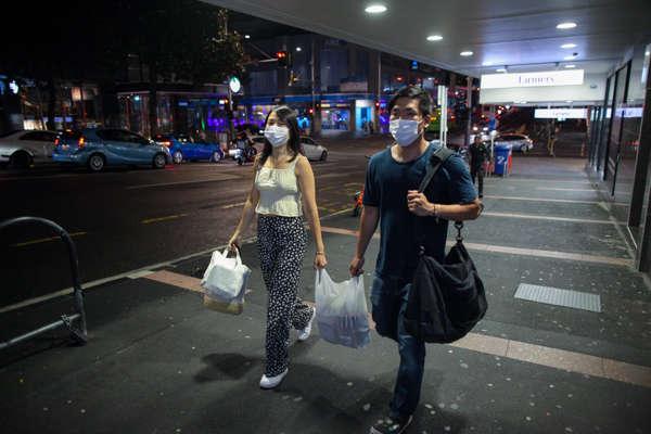 Người dân đeo khẩu trang phòng lây nhiễm COVID-19 tại Auckland, New Zealand, ngày 14/2/2021. Ảnh: THX