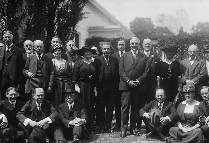 Ảnh chụp chung Einstein, Elsa, Tổng thống Harding (ở giữa) và Hàn lâm viện khoa học quốc gia Hoa Kỳ tại Nhà Trắng, 1921.