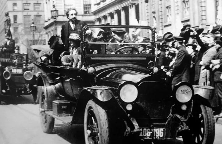 Einstein được đưa đi diễu hành trong New York bằng đoàn xe như một người hùng (1921)
