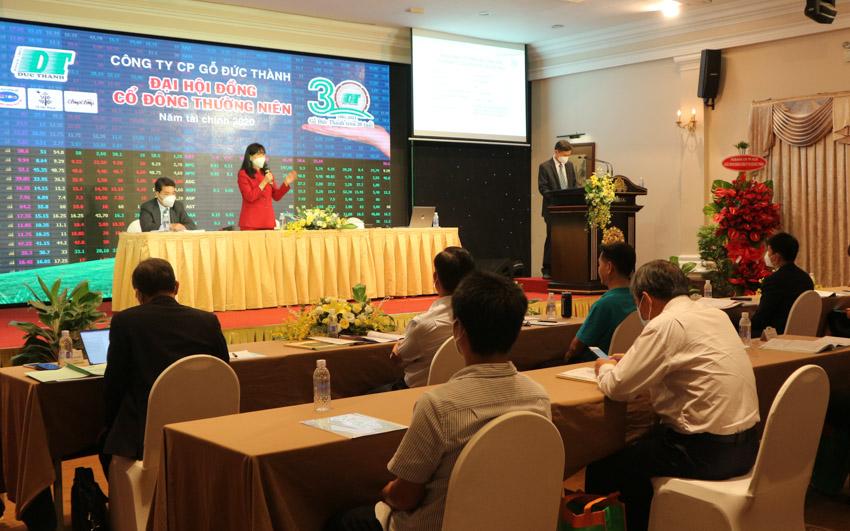 Bà Lê Hải Liễu – Chủ tịch HĐQT Gỗ Đức Thành chia sẻ tại đại hội sáng 8/5.