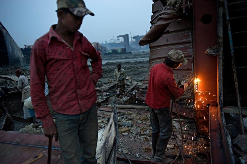 'Địa ngục kiếm cơm' trong 'nghĩa địa tàu thuyền Chittagong' - 4