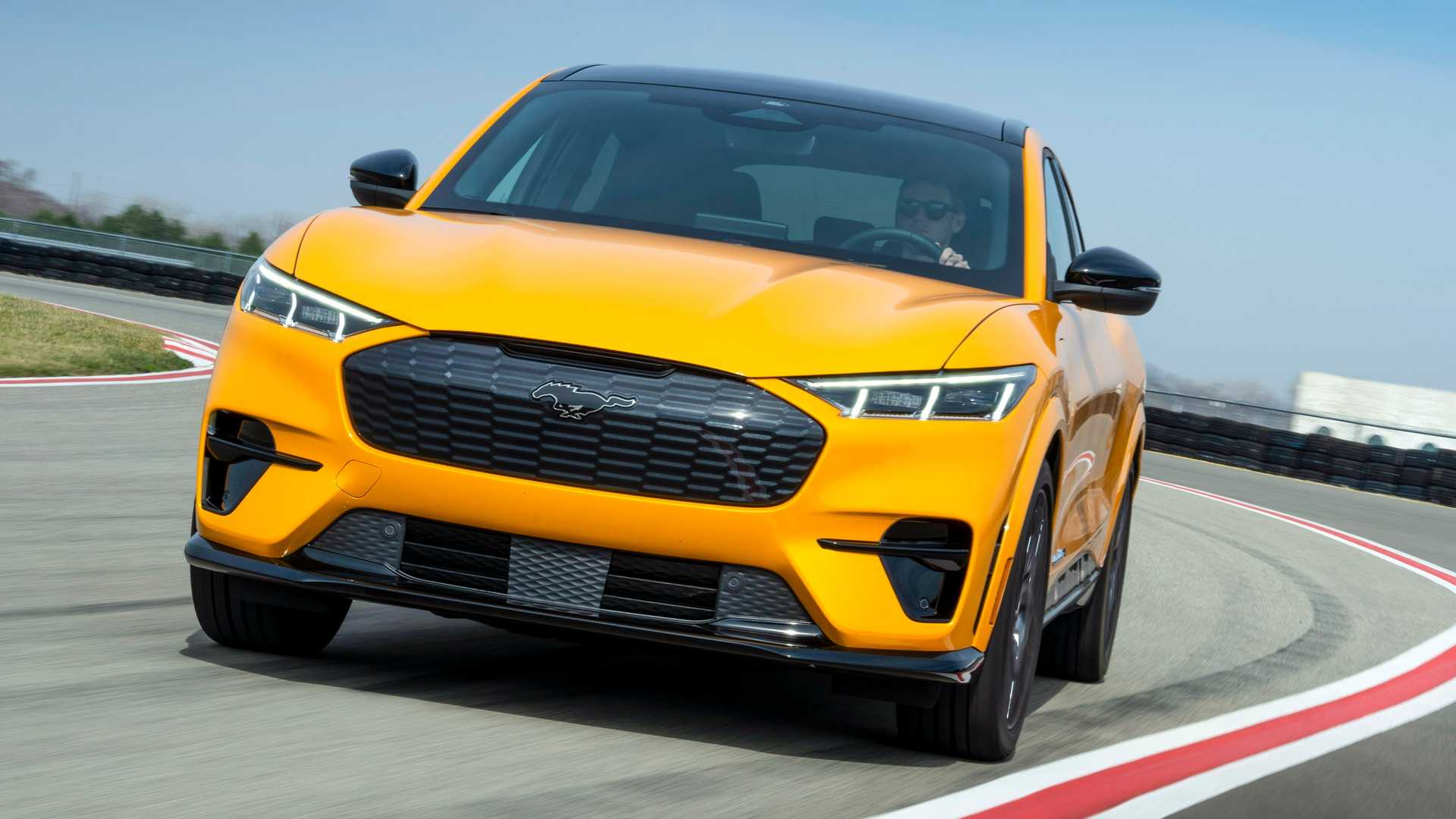 Chỉ dành cho những người mua xe điện Mach-E hoài cổ, Ford đã tạo ra một loại nước hoa có mùi xăng - 1