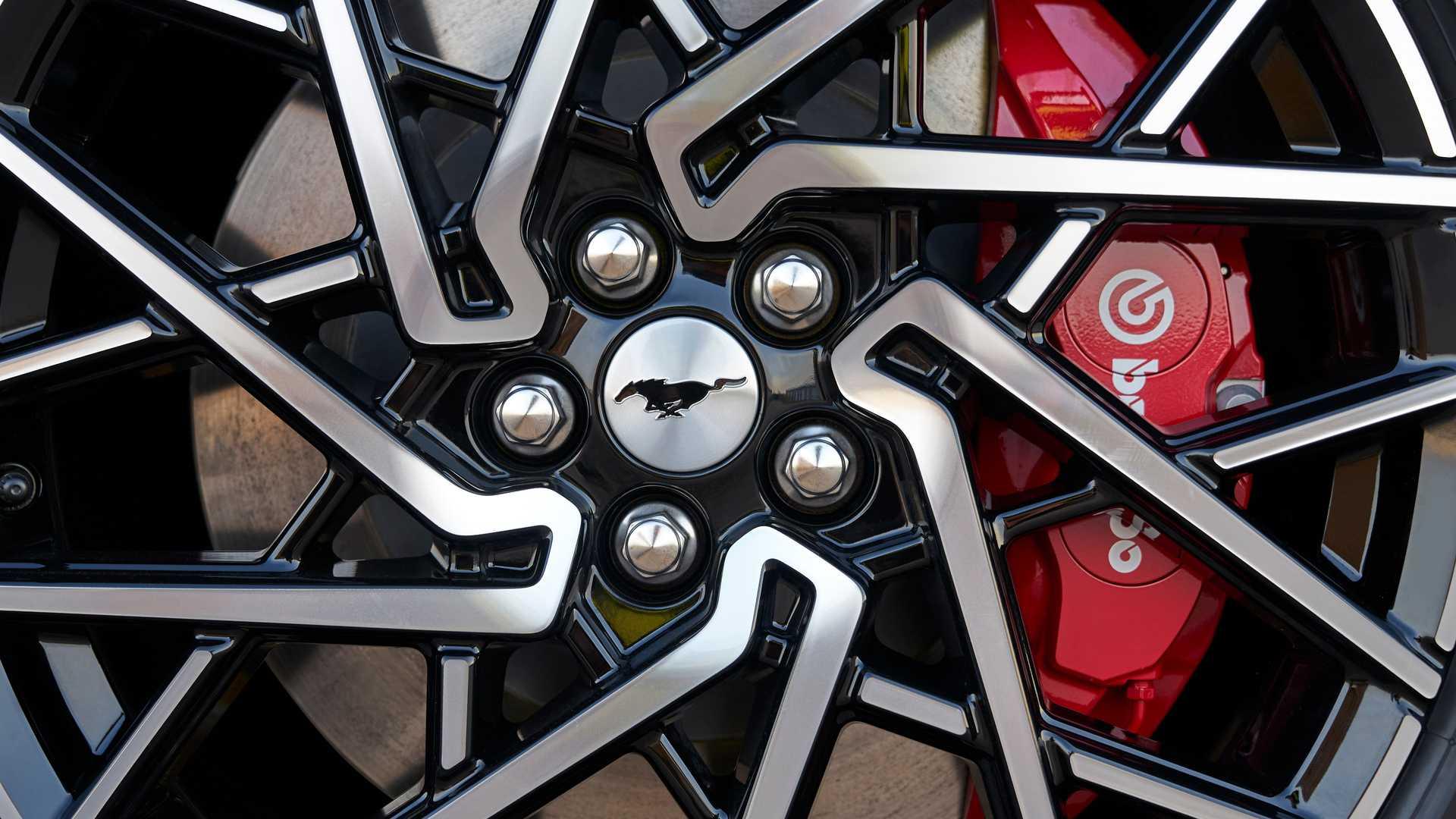 Chỉ dành cho những người mua xe điện Mach-E hoài cổ, Ford đã tạo ra một loại nước hoa có mùi xăng - 2