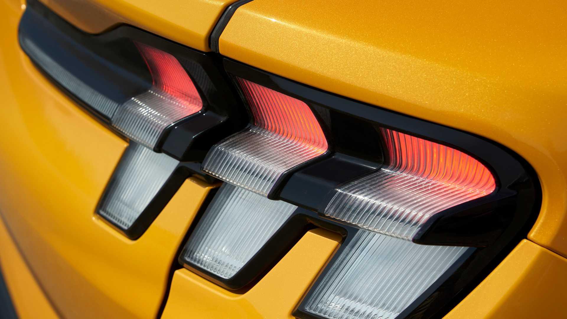 Chỉ dành cho những người mua xe điện Mach-E hoài cổ, Ford đã tạo ra một loại nước hoa có mùi xăng - 5