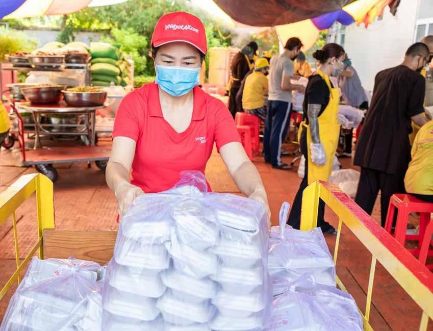 Vietjet chuyên chở miễn phí hàng ngàn y bác sĩ, vaccine, tặng xe cứu thương cho TP.HCM - 2