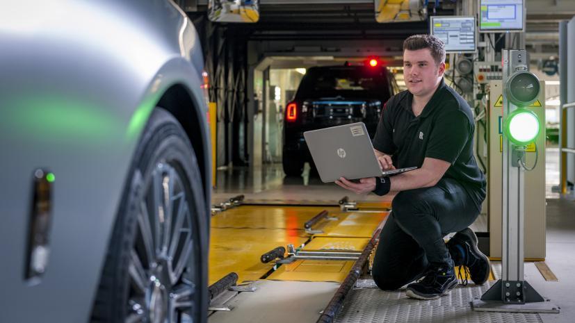 Một kĩ sư đang kiểm tra lại chất lượng màu sơn xe