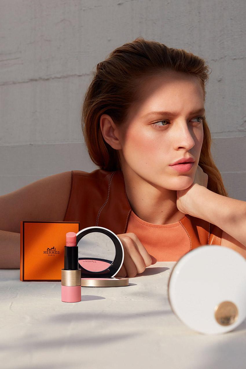 Rose Hermès là chương tiếp theo của Hermès Beauty, với phấn má hồng kèm cọ và son gió.