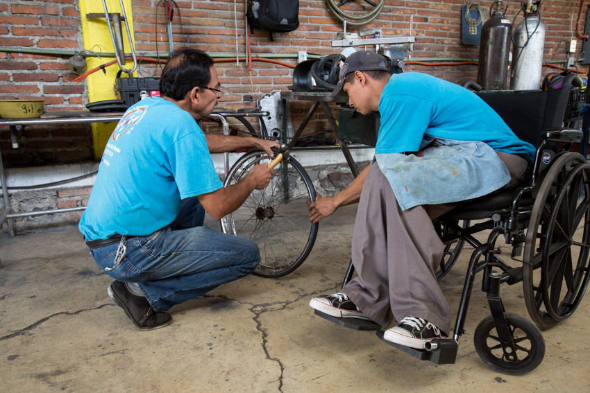 Câu lạc bộ Rotary trao tặng xe lăn cho người khuyết tật