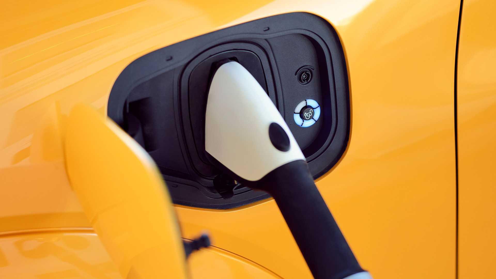 Chỉ dành cho những người mua xe điện Mach-E hoài cổ, Ford đã tạo ra một loại nước hoa có mùi xăng - 12