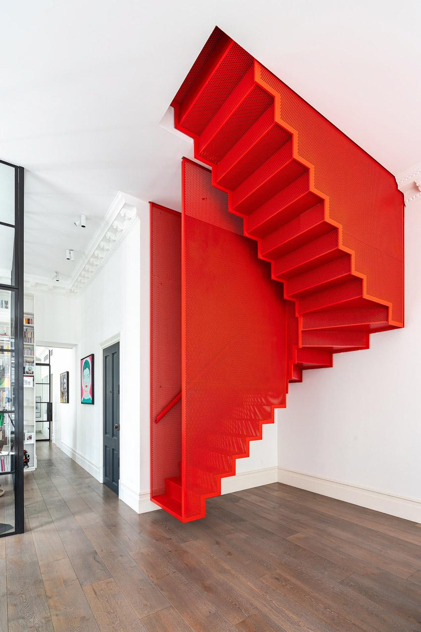Chiếc cầu thang màu đỏ rực phối hợp ngẫu hứng hồi sinh căn hộ căn hộ thời Georgia