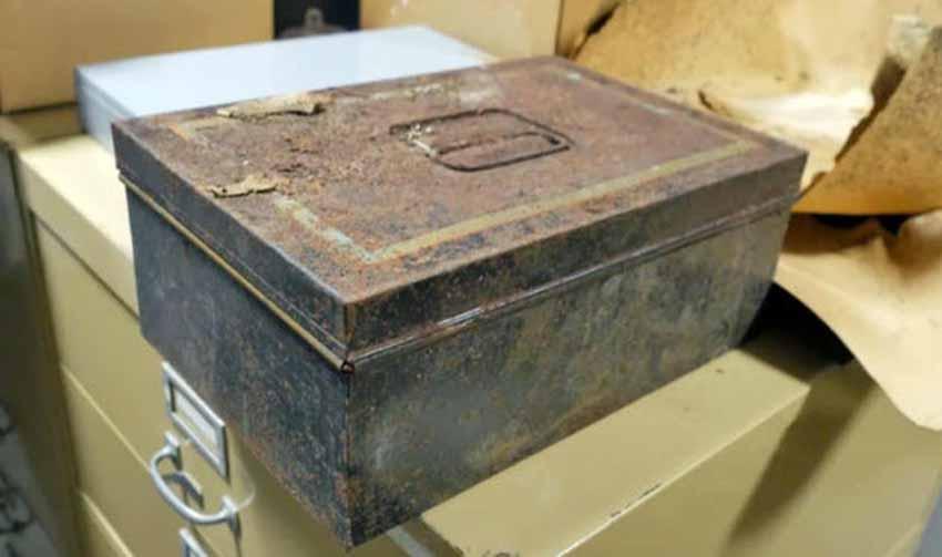 Những vật lạ tìm thấy trong các pho tượng - 6